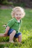 Skratta pojken royaltyfri bild