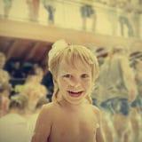 Skratta pojken i skum Royaltyfria Foton