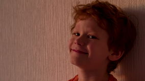 Skratta pojken i solnedgången arkivfilmer