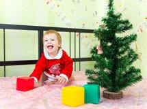 Skratta pojken som spelar med tegelstenar Royaltyfri Fotografi