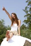 skratta posera tumm upp kvinna royaltyfria foton