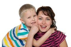 Skratta pysen med hans moder arkivfoto
