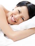 Skratta sexiga kvinnatries som sovande faller arkivfoton