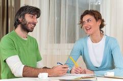 skratta studera för par tillsammans Royaltyfria Foton