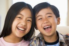 skratta syster för broder Royaltyfri Fotografi