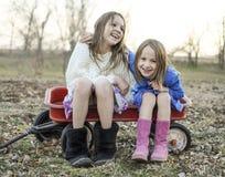 Skratta systrar och bästa vän Royaltyfria Foton
