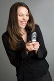 skratta texting kvinna royaltyfria bilder