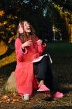 skratta tidskriftkvinna för skog Royaltyfri Fotografi