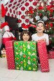 Skratta ungar med julgåvor Royaltyfri Bild