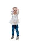 Skratta ungen i den vita tröjan som isoleras Arkivfoton
