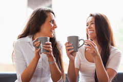 Skratta vänner som har ett kaffe Royaltyfria Foton