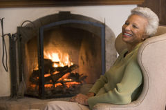 skratta vardagsrumkvinna Arkivfoton