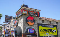 Skrattfabriken på solnedgångboulevarden i Los Angeles - LOS ANGELES - KALIFORNIEN - APRIL 20, 2017 arkivfoton