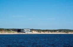 Skrea-Strand mit dem Hotel des Ozeans Lizenzfreie Stockfotografie