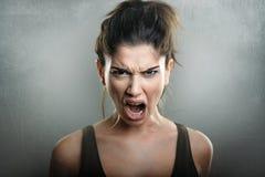 Skri av den ilskna upprivna kvinnan royaltyfria foton