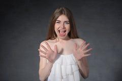 Skri avsmak, motviljabegrepp Kvinnan är stängd från fara Royaltyfria Bilder