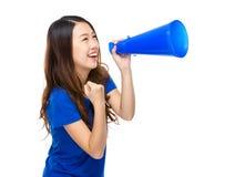 Skri för ung kvinna med högtalaren Arkivbilder