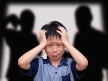 Skriande asiatisk pojke arkivfoton