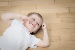 Skriande barn i revor, spänning och fördjupning Arkivfoto