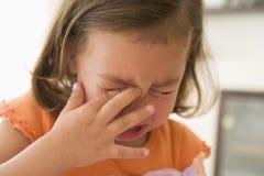 skriande för flicka barn inomhus fotografering för bildbyråer