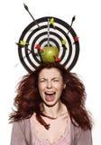 Skriande flickastående med äpplet, pilar och pilar Royaltyfria Bilder