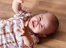 Skriande gulligt behandla som ett barn Fotografering för Bildbyråer