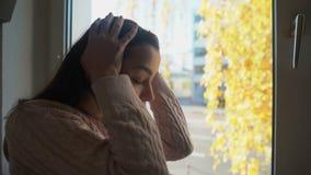 Skriande och stängande framsida för desperat dam med händer, förlust av älskad, ensamhet stock video