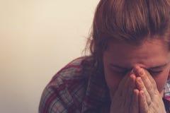 Skriande olycklig kvinna som täcker hennes framsida Royaltyfria Bilder