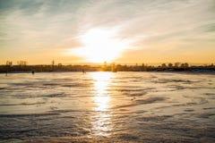 Skridskoåkning på en djupfryst sjö Arkivbild