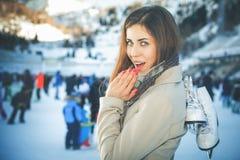 Skridskoåkning - vinteraktiviteter för bra lynne och sund mening royaltyfri fotografi