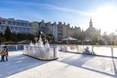 Skridskoåkningisbana på traditionell jul som är ganska i Gdansk, Polen Arkivfoto