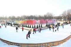 Skridskoåkningisbanan i Gorky parkerar moscow 2013 år Fotografering för Bildbyråer