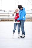 Skridskoåkningpar på förälskad iceskating för datum royaltyfri bild