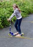 skridsko för landsflickasparkcykel royaltyfria foton