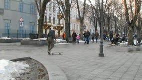 Skridskogräns i gatan Skateboradåkarepojke arkivfilmer