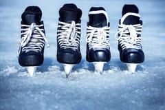 Skridskor för vintersportar i den öppna luften på isen Fotografering för Bildbyråer