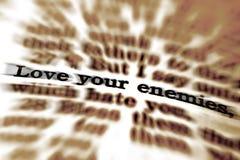 Skriftencitationsteckenförälskelse dina fiender Royaltyfria Bilder