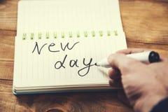 Skriftlig ny dag för man fotografering för bildbyråer