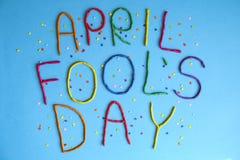 Skriftlig rolig dag för stilsortsförsta april dumbommar i plastecine av olika färger Royaltyfri Foto