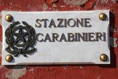 skriftlig STAZIONE CARABINIERI som i italienare betyder den italienska polisen arkivbild