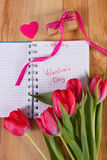 Skriftlig valentindag i anteckningsboken, nya tulpan, den slågna in gåvan och hjärta, garnering för valentin Arkivbilder