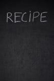 Skriftlig vit krita för recepttitel på en svart tavla Arkivfoton