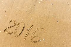 2016 skriftliga år på strandsanden Royaltyfri Foto