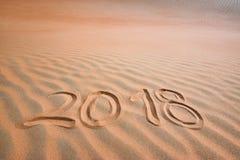 2018 skriftliga text i tropisk sand fotografering för bildbyråer