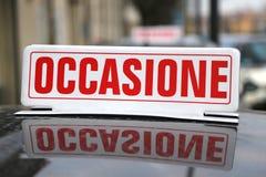 Skriftligt italienskt sägande TILLFÄLLE över den använda bilen fotografering för bildbyråer
