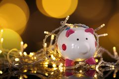 Skriftligt lyckligt nytt år på träkvarteret med ljus och bokehbaksida Royaltyfri Bild