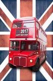 Skriftligt lyckligt nytt år 2017 på en röd buss för London tappning, Union Jack bakgrund Fotografering för Bildbyråer