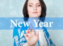 Skriftligt nytt år på den faktiska skärmen begrepp av celebratory teknologi i internet och nätverkande kvinna i cristmas Royaltyfri Bild