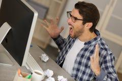 Skrika den ilskna mannen som i regeringsställning sitter arkivfoton