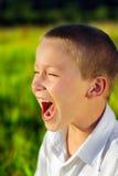 Skrika för pojke som är utomhus- Arkivfoton